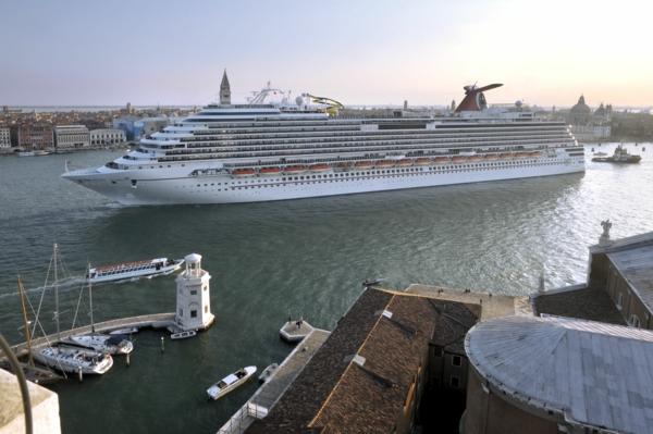 croisières-en-méditerranée-bâteau-accostant-à-Venice