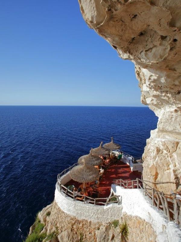 croisières-en-méditerranée-endroit-magique-dans-les-roches