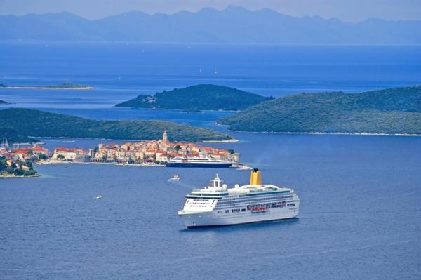croisières-en-méditerranée-bâteau-sortant-de-Croatie