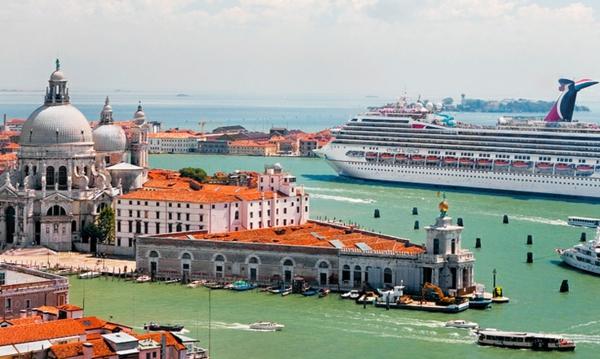 croisières-en-méditerranée-navire-qui-entre-en-ville