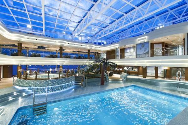croisières-en-méditerranée-piscine-intérieure-au-bord-du-navire