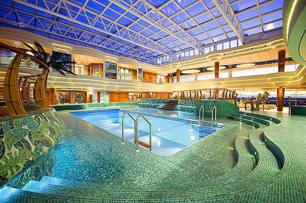 croisières-en-méditerranée-piscine-luxueuse-au-bord