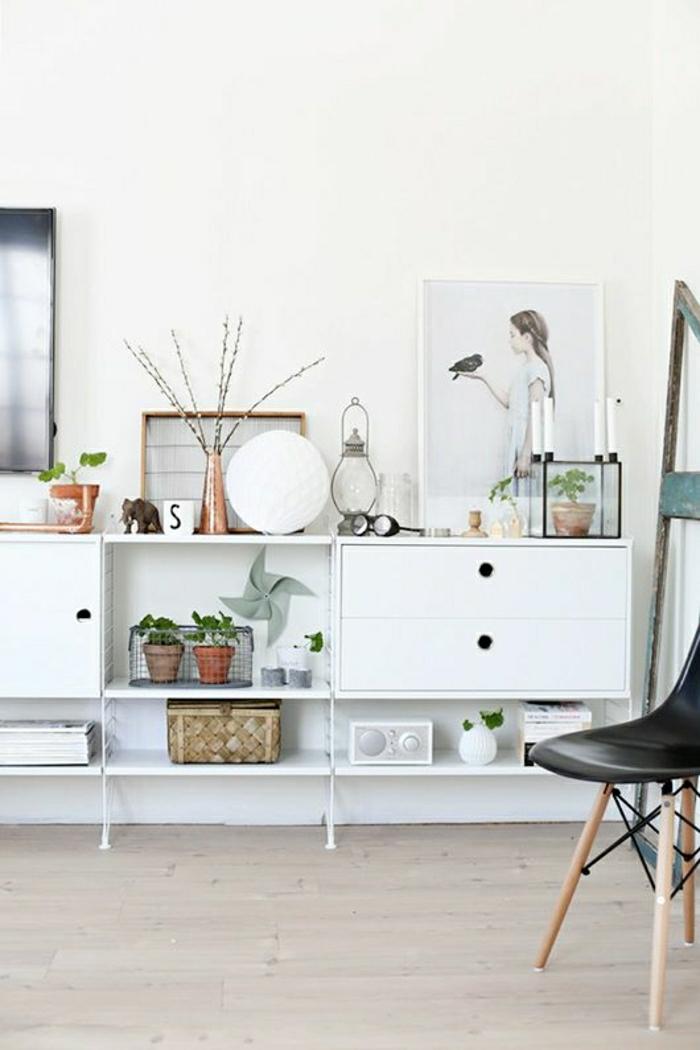 cube-de-rangement-blanc-déco-salon-sol-en-parquet-fleurs-verts-chaise-plastique-noire