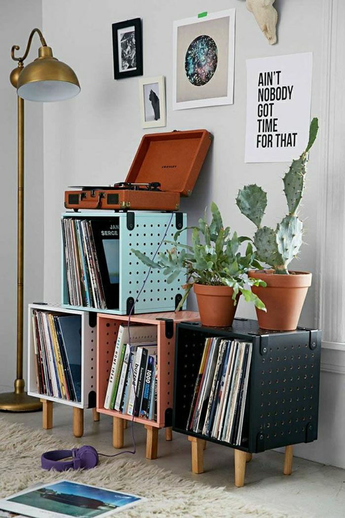 cube-de-rangement-déco-idée-livres-meubles-en-bois-tapis-blanc-sol-plantes-vertes