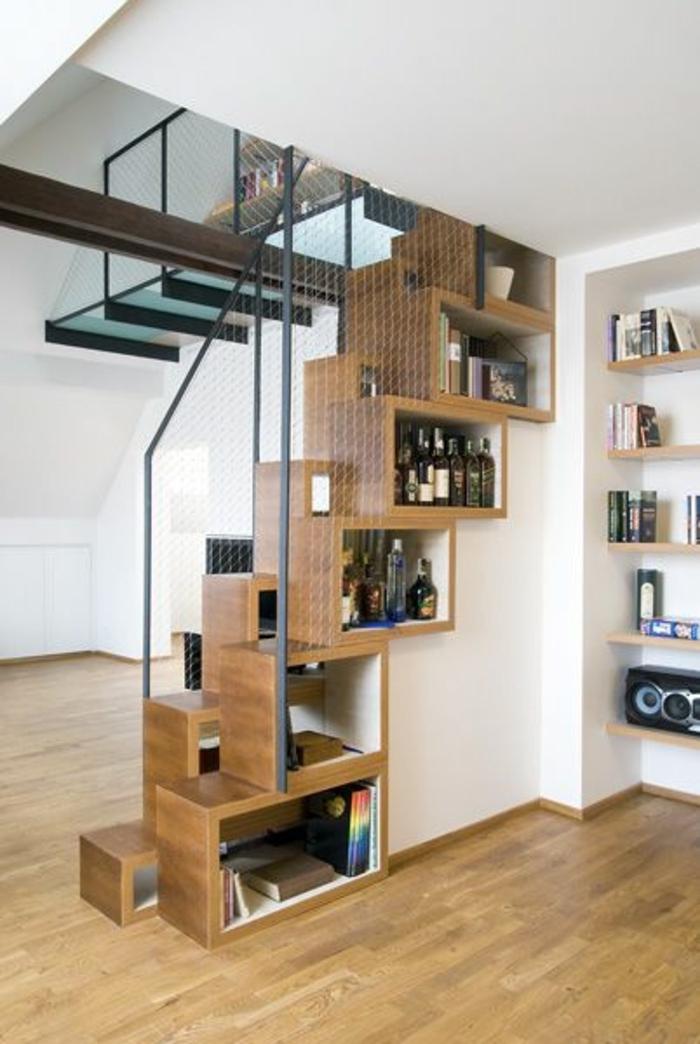 cube-de-rangement-en-bois-etagere-escalier-salon-parquet-murs-blanc-demeure-insolite