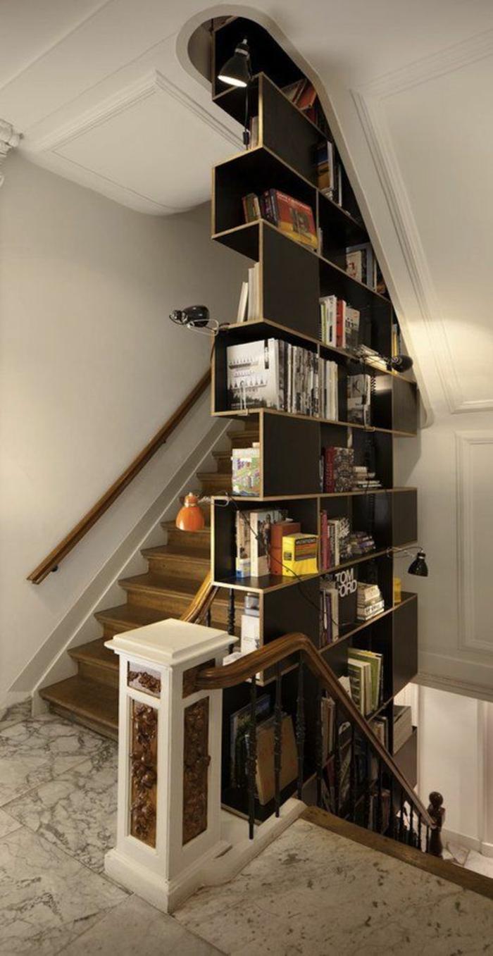 cube-de-rangement-en-bois-foncé-escalier-en-bois-carrelage
