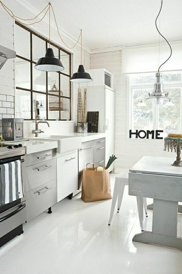 cuisine-industrielle-de-couler-blanc-sol-en-lin-blanc-fenetre-chaises-cuisine