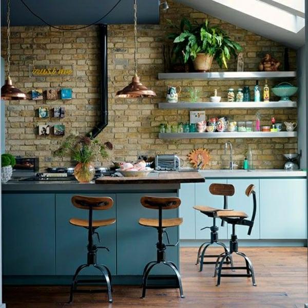 cuisine-industrielle-de-couler-bleu-mur-en-brique-plantes-vertes-chaises-de-bar