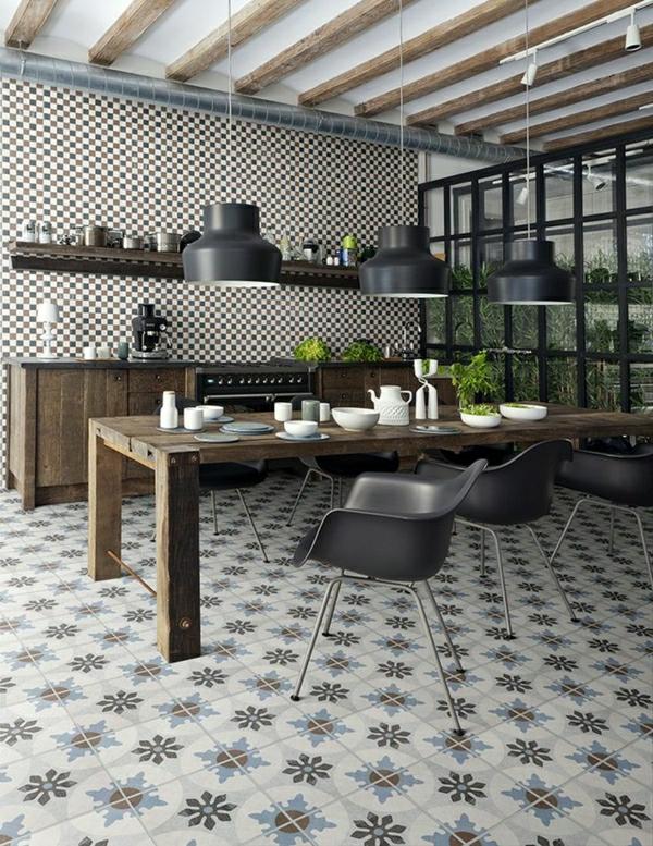 cuisine-industrielle-de-couler-brune-chaises-noires-table-en-bois-simple-plantes-vertes