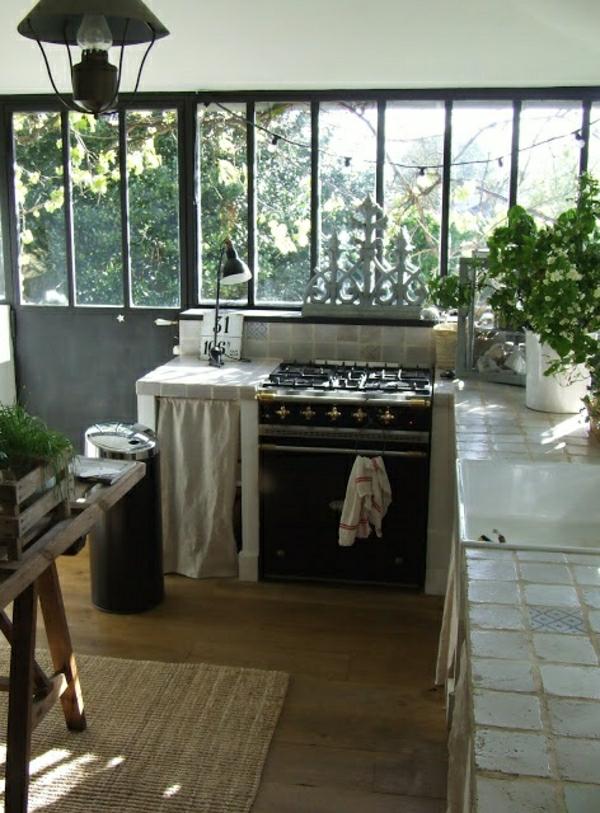 cuisine-industrielle-plantes-vertes-fenetre-grande-maison-rustique