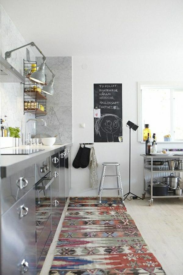 cuisine-industrielle-tapis-coloré-lampe-tableau-noir-sol-en-lin