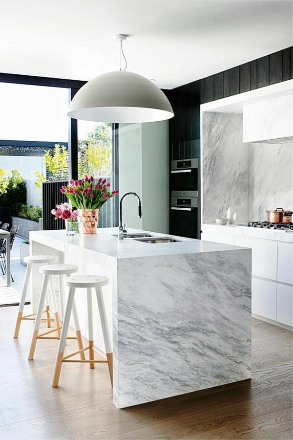 cuisine-moderne-design-jolie-marbre-tulips-chaises-hautes-cuisiniere