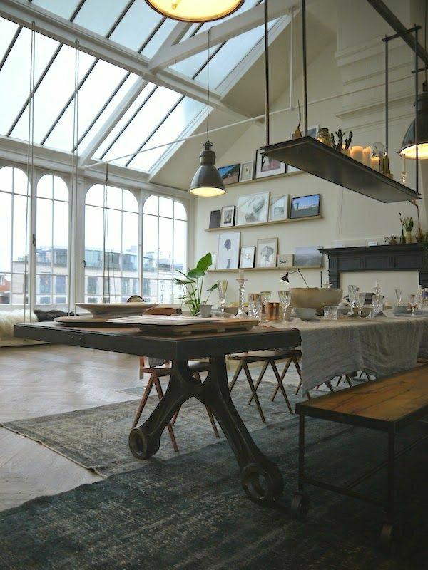 cuisine-vaste-aménagement-industriel-table-en-bois-fenetres-grandes-toit-en-verre