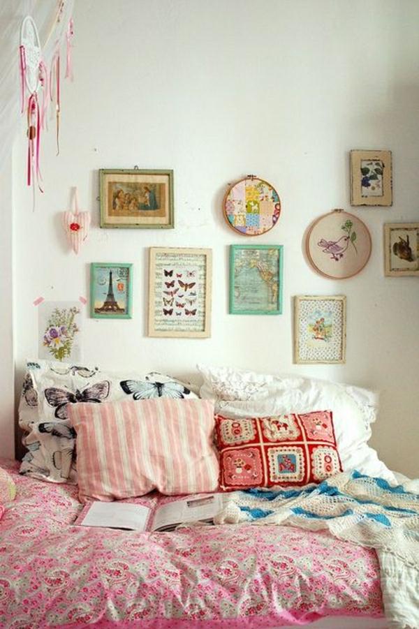 deco-cocooning-chambre-a-coucher-couverture-de-lit-colorée-peintures-murales