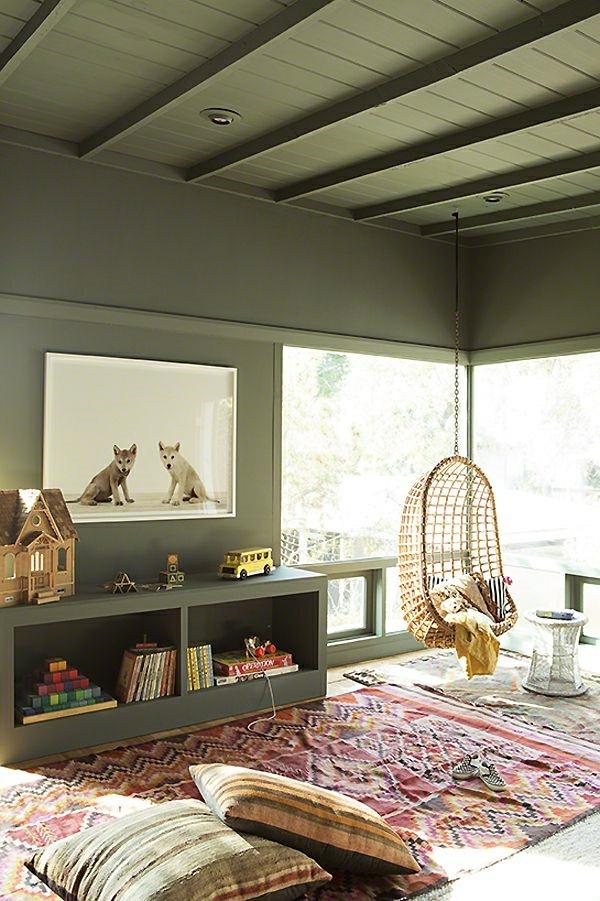 deco-cocooning-murs-gris-chaise-suspendue-mur-en-verre-fenetre-grande-tapis-coloré
