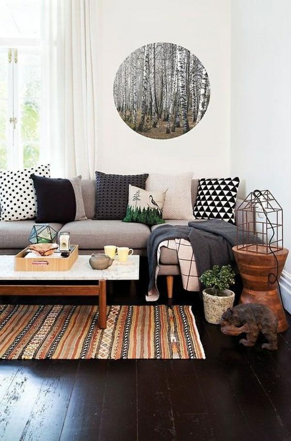 deco-cocooning-salon-sol-en-parquet-plancher-noir-tapis-coloré-table-basse-en-bois