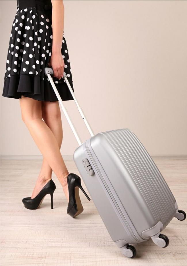 dimension-valise-cabine-tenue-robe-noir-trapeze-chaussures-a-talon