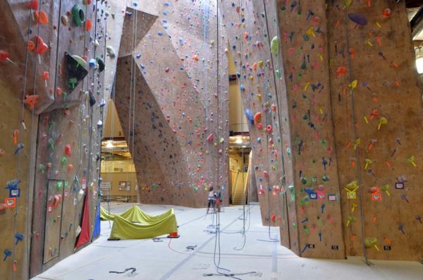 escalade-en-salle-une-grande-salle-pour-escalades