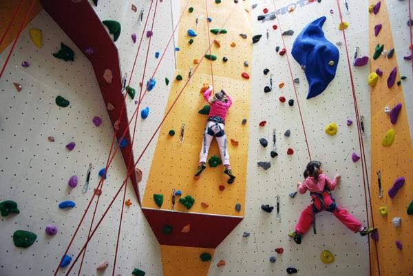 escalade-en-salle-amusement-pour-les-enfants