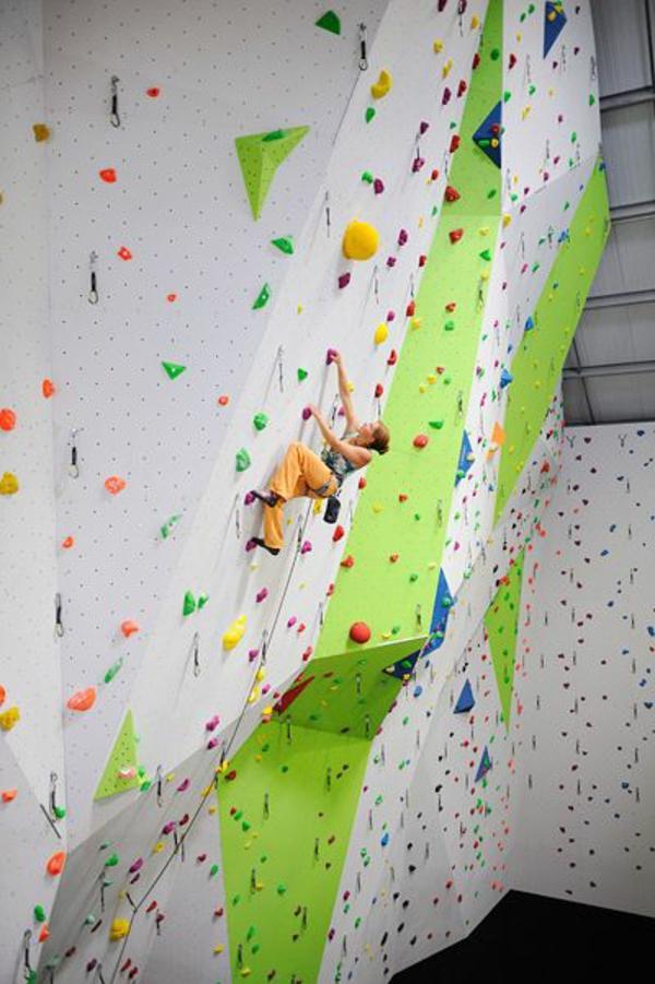 escalade-en-salle-escalader-un-grand-mur