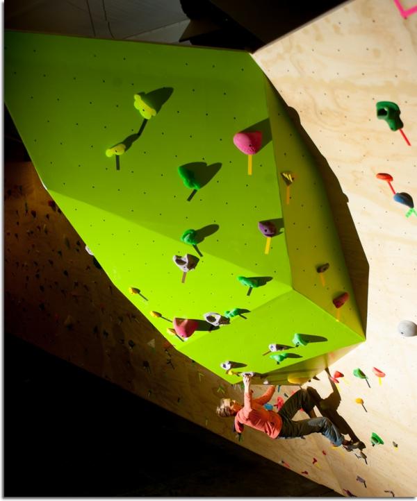escalade-en-salle-imitations-de-grottes-et-de-rochers