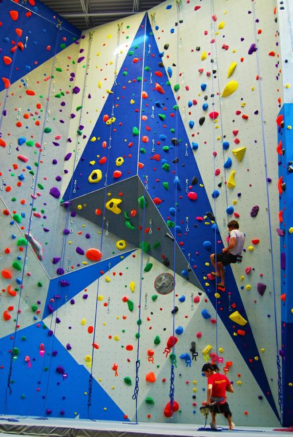 escalade-en-salle-murs-en-pannels-triangulaires