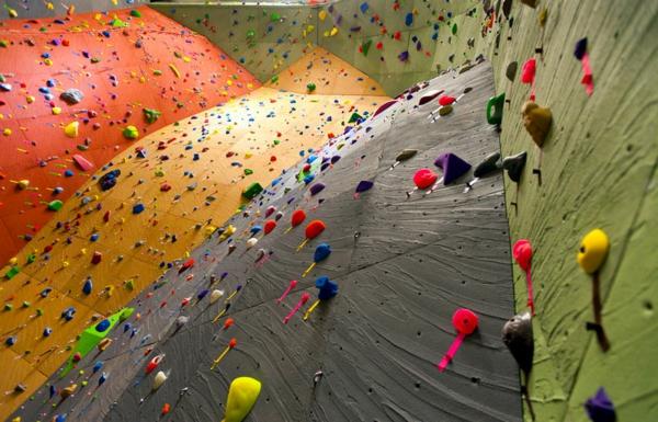 escalade-en-salle-panneaux-d'escalade-colorés