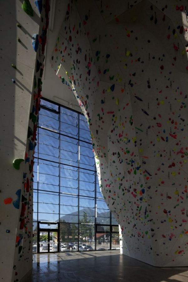 escalade-en-salle-un-grand-mur-d'escalade