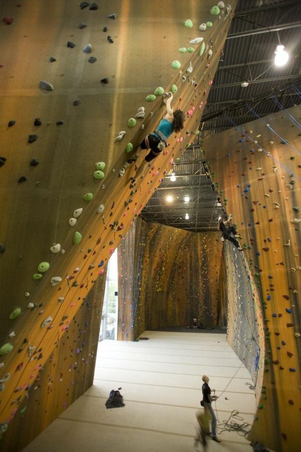 escalade-en-salle-un-hall-d'escalade-spectaculaire