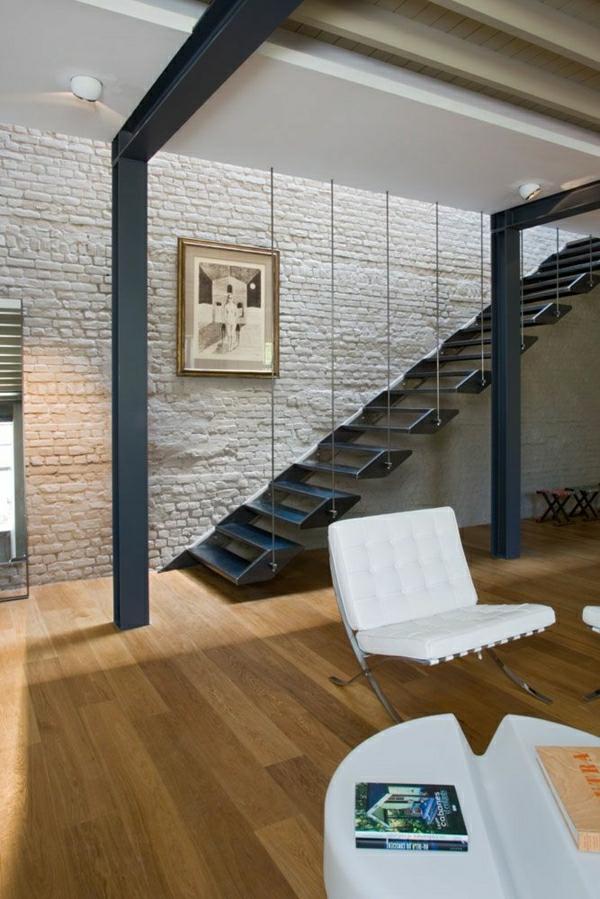 escalier-industriel-mur-brique-sol-en-parquet-maison-moderne