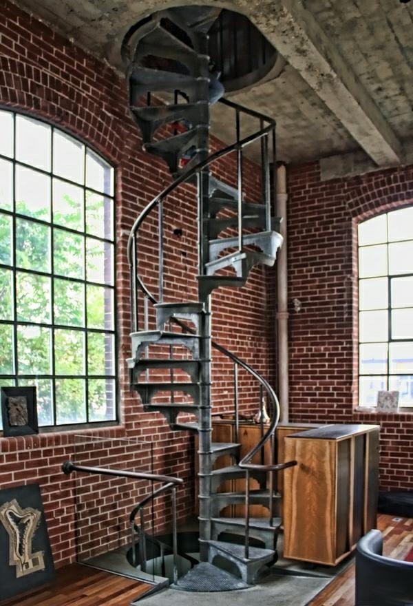 escalier-industriel-murs-en-briques-rouges-aménagement-industriel-fenetre-grande