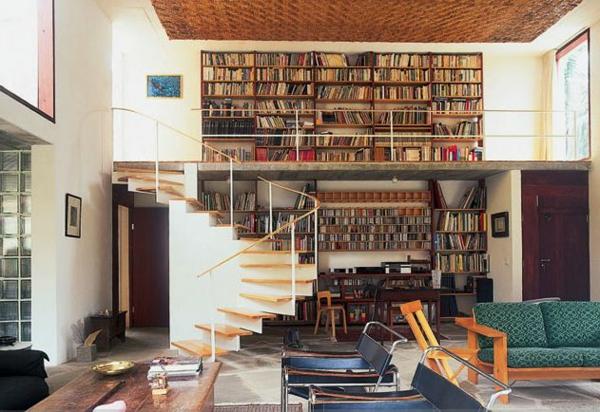 escalier-pour-mezzanine-un-mur-avec-bibliothèque