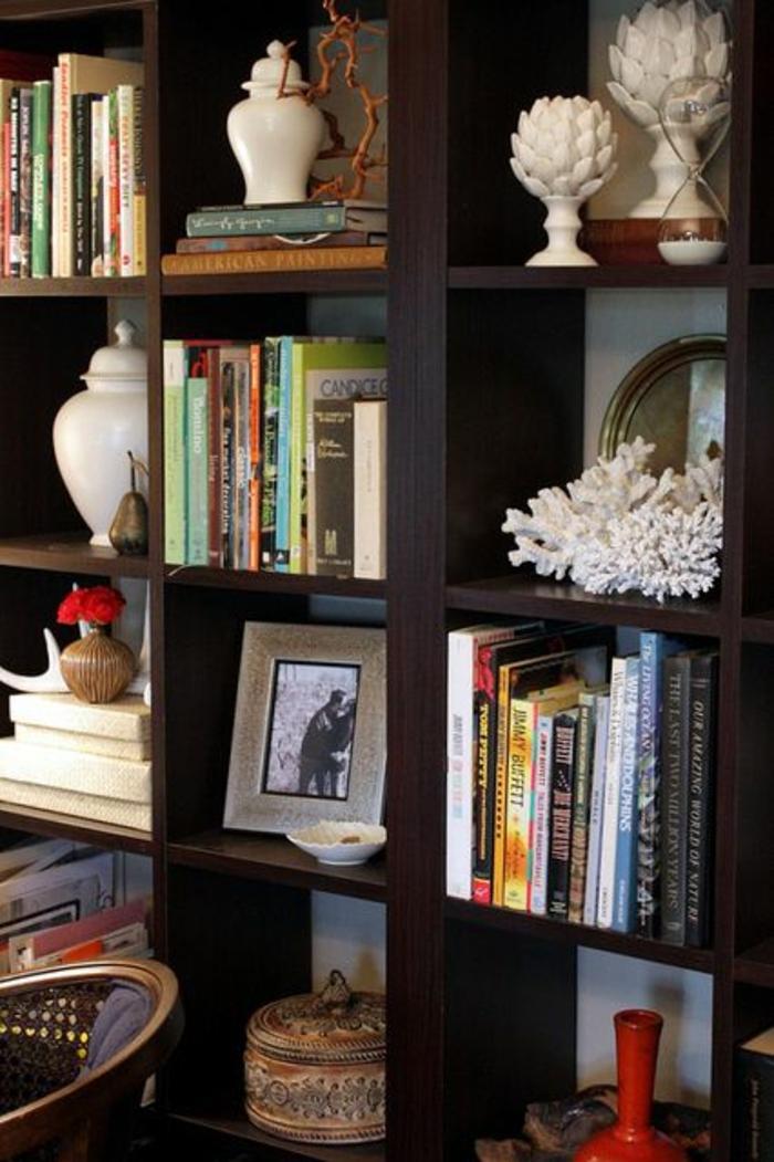 etagere-cube-aménagement-idée-originale-livres-rangement-etagere-en-bois-foncé