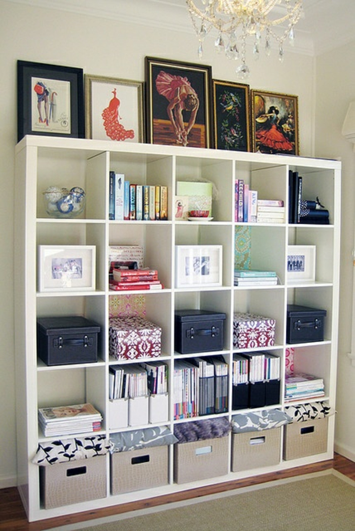 etagere-cube-aménagement-idée-originale-salon-tapis-beige-livres