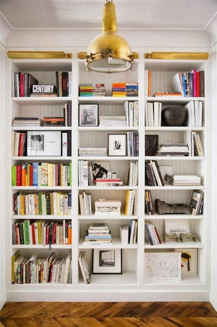etagere-murale-en-bois-blanc-livres-intérieur-moderne-salon-déco-blanc