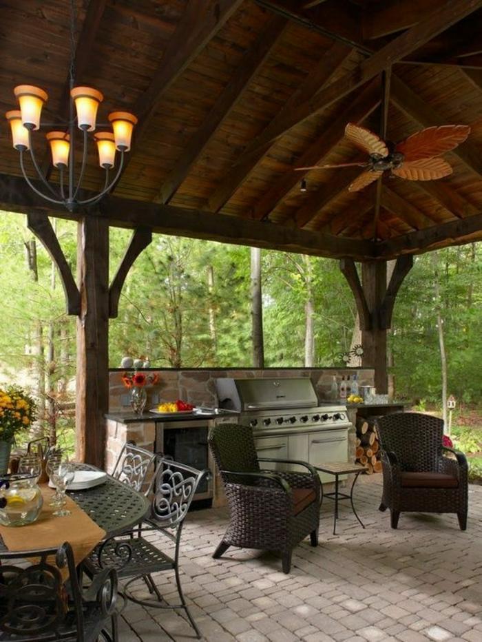 extérieur-cour-jardin-table-chaises-en-fer-forgé-dans-le-foret-fleurs