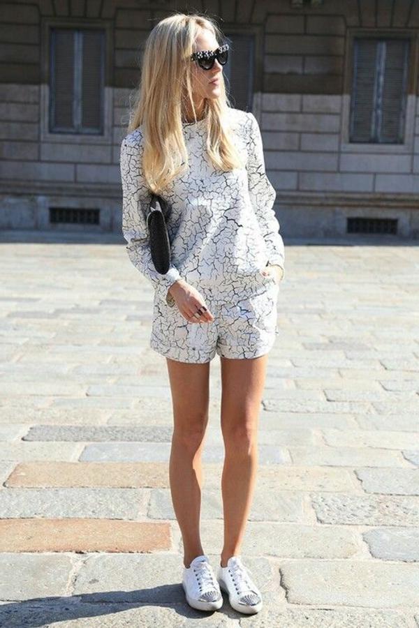 femme-élégante-lunettes-de-soleil-insolites-combi-pantalon-court-femme-sneakers