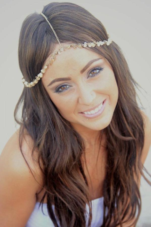 femme-avec-bijou-de-cheveux-idée-originale-yeux-marrons