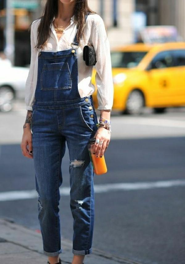 femme-avec-salopette-un-vrai-hit-tendance-chemise-blanche-marche-sur-la-rue