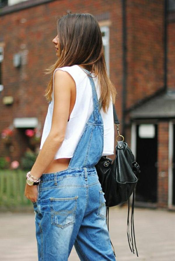 femme-avec-un-combishort-long-en-denim-sac-bandoulière-t-shirt-blanc
