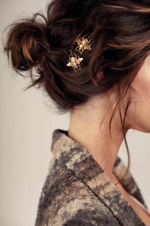 femme-bijoux-de-cheveux-en-or-brunette