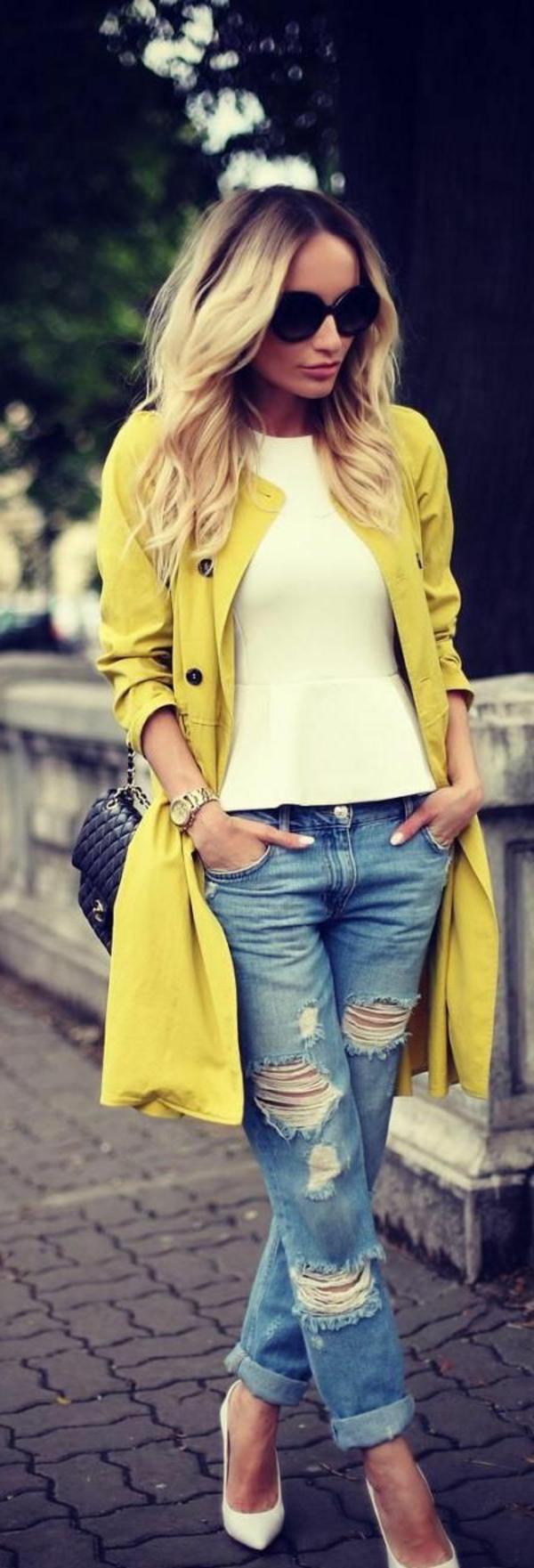 femme-lunettes-de-soleil-boyfriend-jean-confortable-veste-jaune-chaussures-talon-bluse-papillon