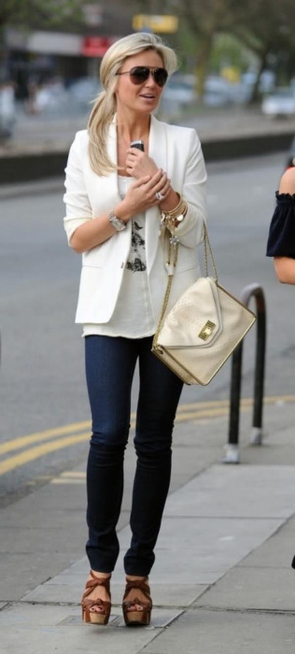 femme-marcher-sur-la-rue-jean-veste-blanc-sandales-platformes-compensees