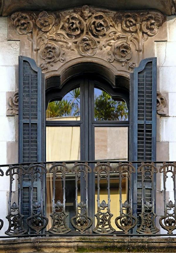 fenetre-avec-architecture-classique-ornament-riche-belle-fenetre