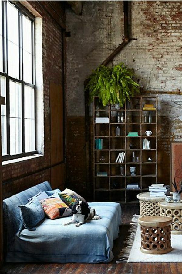 fenetre-grande-salon-sol-en-bois-parquet-canapé-bas-bleu-plantes-vertes