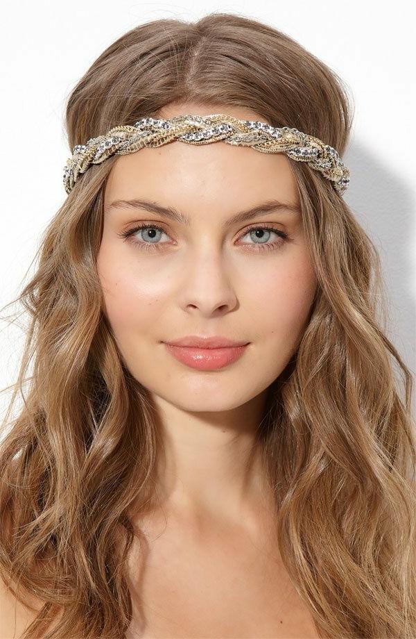 fille-avec-bandana-en-or-cheveux-longs