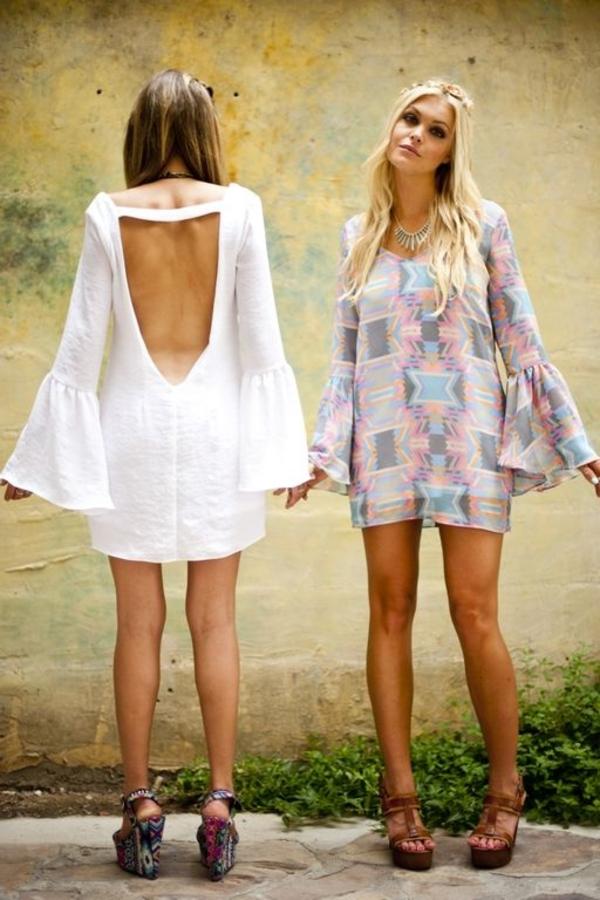 fille-avec-sandales-colorés-platforme-t-shirt-robe-boho-style