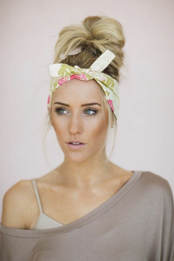 fille-blonde-bandana-coloré-cheveux-longs-blondes