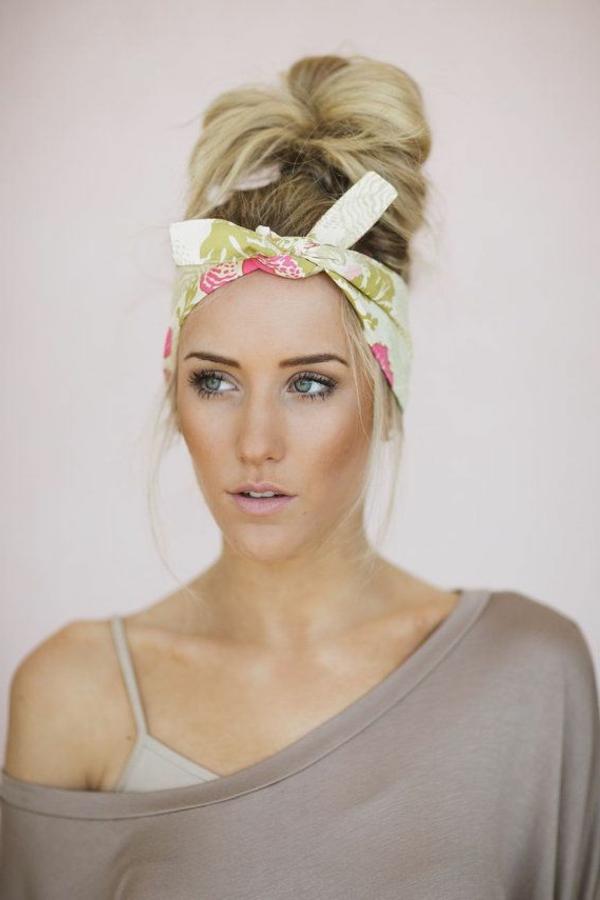 fille-blonde-bandana-coloré-cheveux-longs-blondes