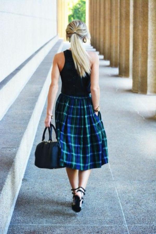 fille=blonde-marcher-sur-la-rue-avec-une-jupe-midi